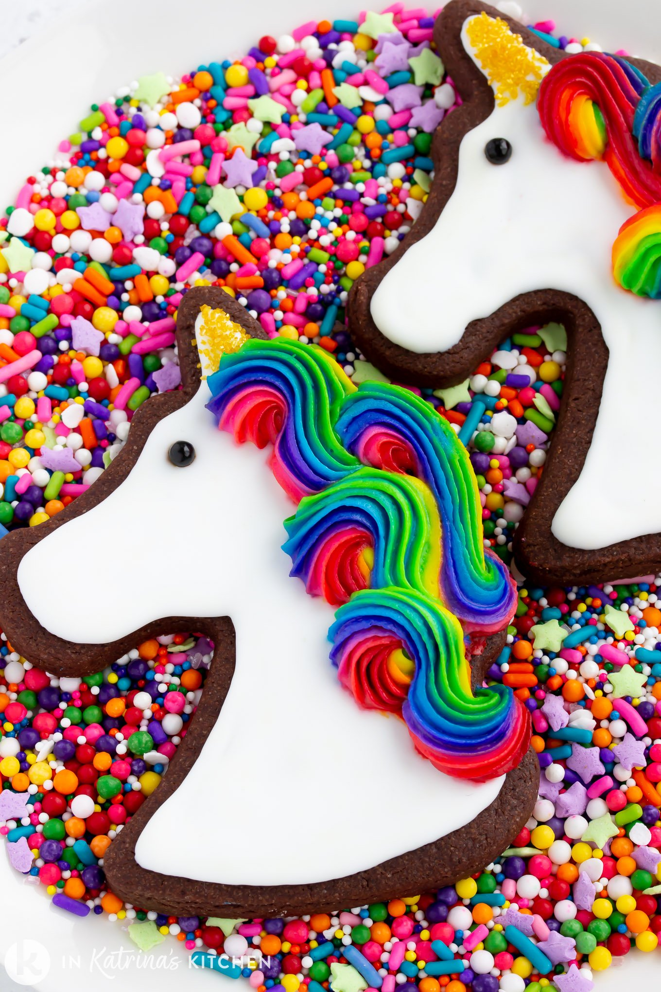 Discover this easy hack to make unicorn rainbow frosting. Use this method for rainbow swirled frosting on cupcakes, cakes, cookies, and more! Our helpful step-by-step tutorial will show you the DIY technique to get that bakery buttercream frosting for your next birthday party desserts.